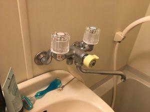 ユニットバスに取り付けられている2ハンドルタイプの蛇口の修理お伺いさせていただきました。    どれだけ蛇口を固く締めても全く水が止まらない状況でシャワーからかなりの量の水漏れが発生していました    原因は何なんでしょうか!?パッキン?蛇口本体??はたまたスピンドル?なのかキッチリ確認して修理していきたいと思います。