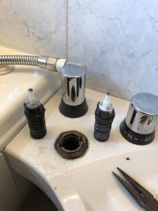 吹田市 INAXお風呂の埋め込み蛇口の修理です