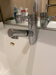 吹田市 洗面の下から水漏れ Panasonic製蛇口 シャワーホース交換