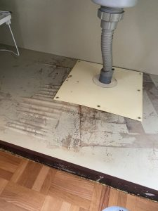 尼崎市 排水栓の隙間から水漏れ キッチンに穴