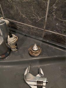 高槻市 お風呂の蛇口切替弁交換 水漏れ修理 トステム INAX