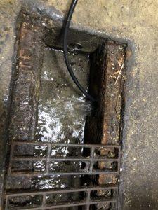 大阪市西区 キッチンの下から水が溢れてきます。 排水管の詰まり