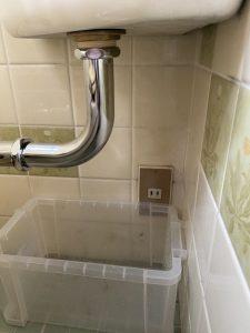 尼崎市 トイレの管から水漏れ 洗浄管交換 隅付きトイレ