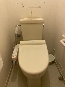 高槻市 トイレを流すと床が水浸しになる タンク取り外し修理