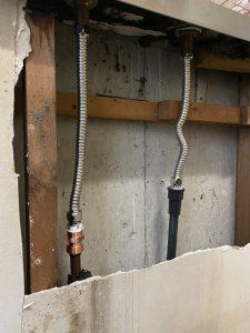 箕面市 台所蛇口水漏れ キッチンの裏が水浸し 台付き2ホール