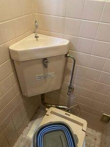 枚方市 隅付きタンクトイレ水漏れ 洗浄管水漏れ