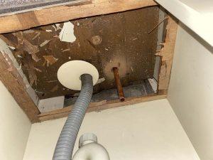 東大阪市 洗面の下から水漏れ 給湯管破損 給湯管切換え