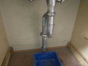 宝塚市 洗面排水水漏れ 排水トラップに穴が開いてる 金属製排水トラップ