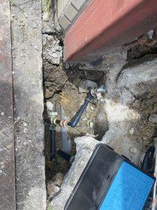 茨木市 散水栓給水水漏れ 水道管破損 漏水 駐車場の下で水漏れ