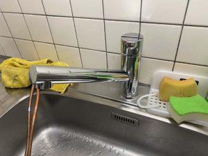堺市 台所蛇口水漏れ スパウト割れた 蛇口交換 吐水パイプ亀裂