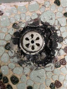 箕面市 土間排水水漏れ タイルのお風呂 タイルが落ちてる?